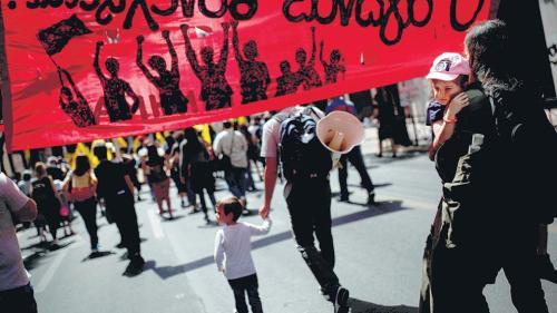 Los prestamistas buscan domesticar a los griegos, que siguen tomando las calles protestando.